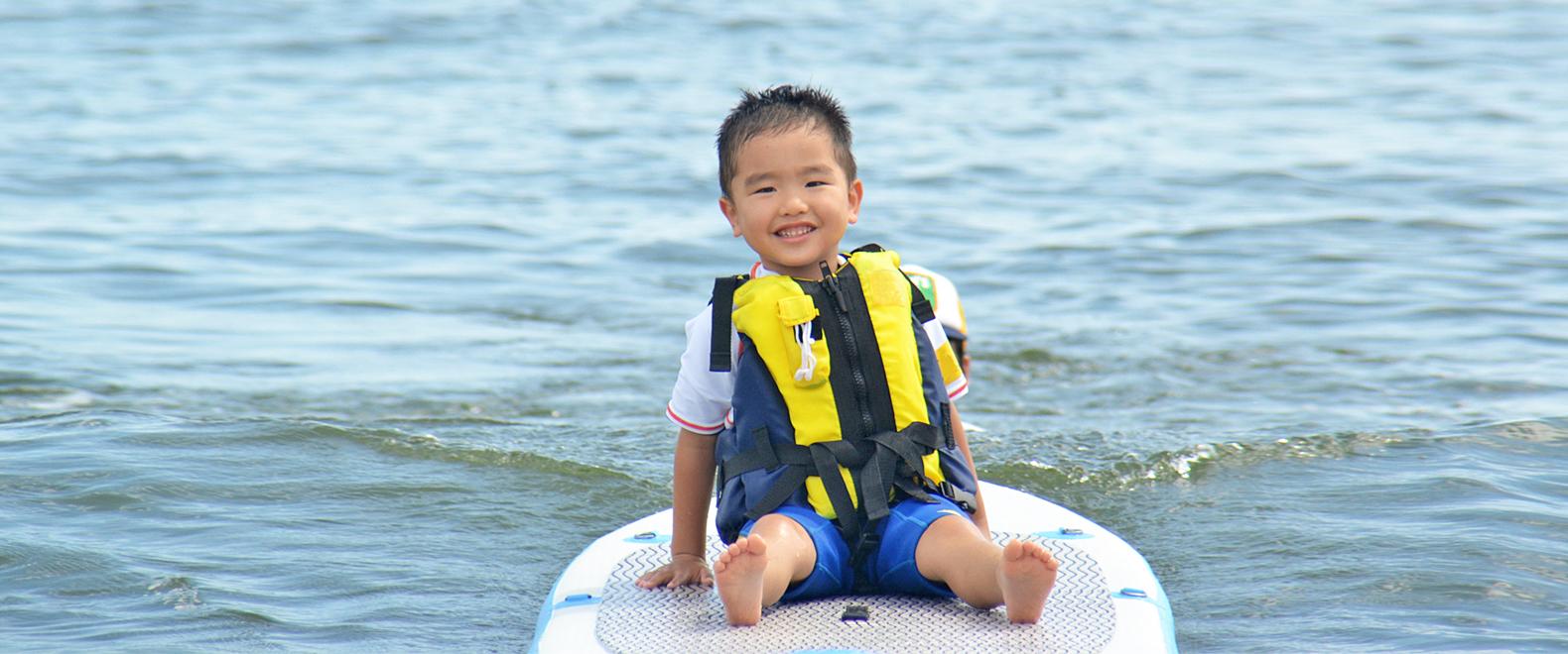 サーフィンで障がい児に笑顔を
