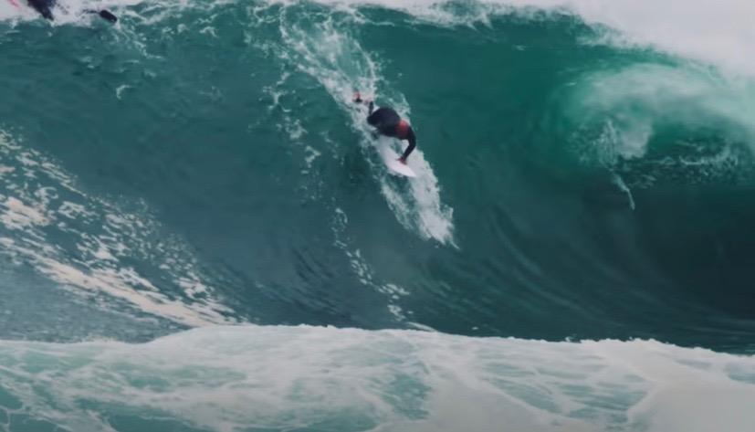 ケリー・スレーターがワイプアウトを繰り返しながら果敢にチャージ!シドニーでのサーフィン映像