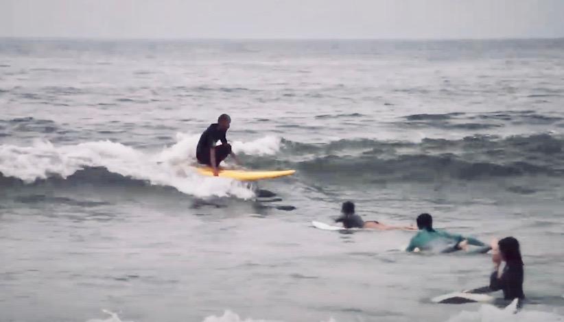 88サーフボード【フィンレス】を自由自在に乗りこなす中村光貴の動画