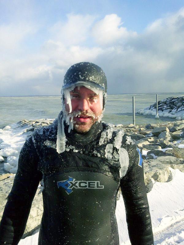「サーフィンが好きとはどういうことか」と考えたくなる超極寒サーフィン