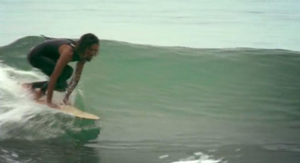サーフィンのルーツと言われる木の板「アライア」に乗るロブ・マチャド