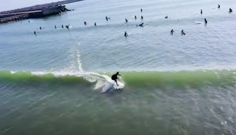 木村拓哉も登場。俳優 駿河太郎と市東重明プロの片貝漁港ロングボードサーフィンセッション映像