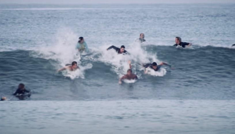 サーフボードの下を漕ぐとパドリングは早くなるのか?比較解説動画