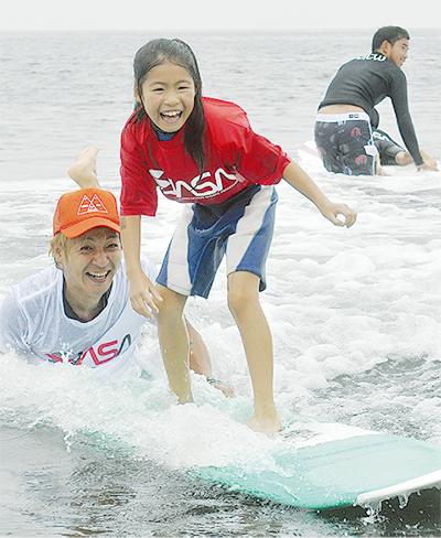 つるのさん_子どもにサーフィンの楽しさを教える